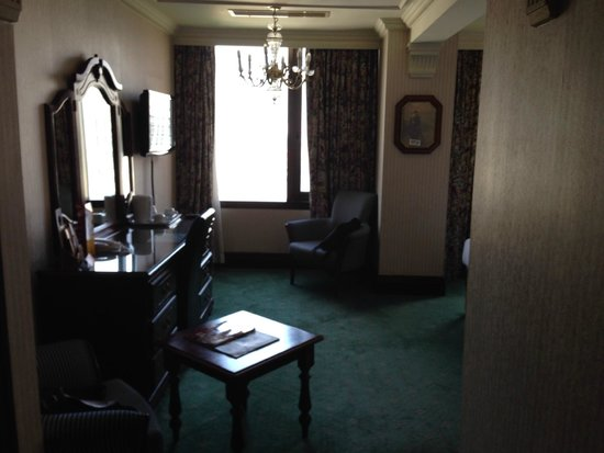 Britannia International Hotel : room on the 10th floor - but dated decor