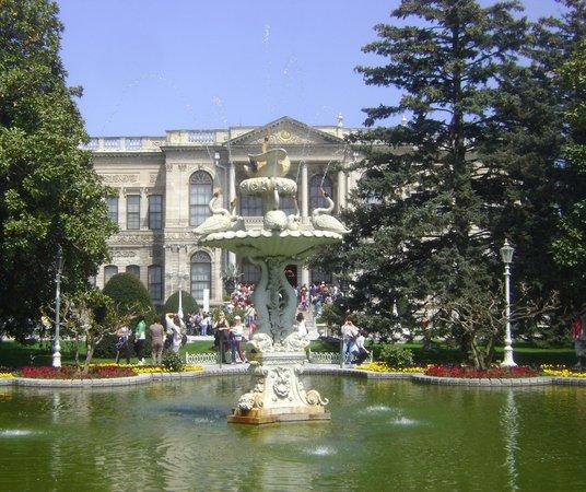 Palacio de Dolmabahçe: Outside of Palace