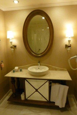 Kaya Artemis Resort and Casino: bathroom