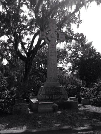 Savannah Bonaventure Dash Tours: Scottish cross monument & matching headstones - pretty neat!!