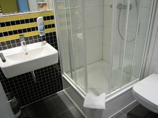 MEININGER Hotel Frankfurt/Main Airport: hotel bathroom