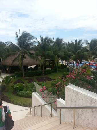 Azul Beach Resort Sensatori Mexico : View from the top of the stairs when leaving hotel lobby