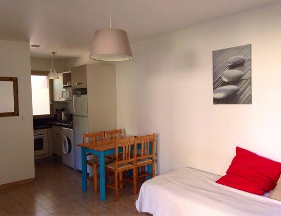 Les Pins de Santa Giulia : salon et cuisine