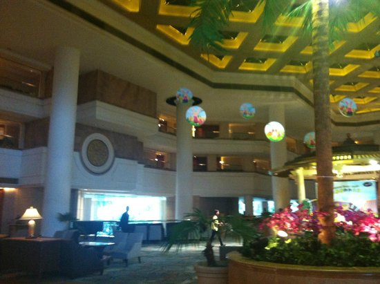 Hong Kong Gold Coast Hotel: Lot's of light in the lobby!