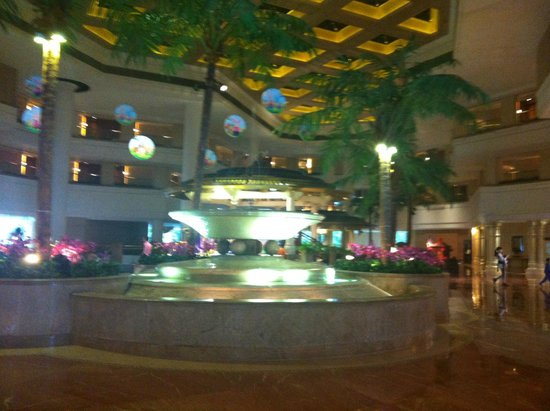 Hong Kong Gold Coast Hotel : Spacious, grand entrance to the hotel!