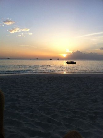 Grand Cayman Marriott Beach Resort: Sunsets don't get better! You can see this sitting at the Sol Bar outside.