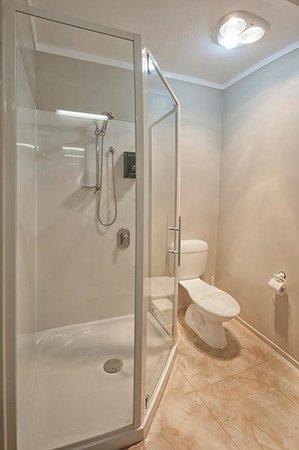 Sport of Kings Motel : 1 Bedroom Apartment Bathroom