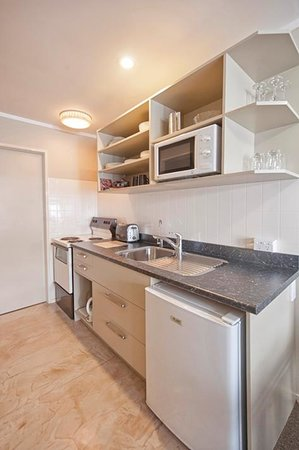 Sport of Kings Motel: 1 Bedroom Apartment Kitchen