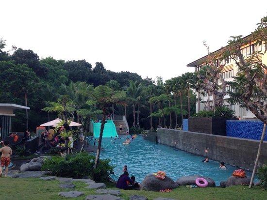 HARRIS Hotel & Conventions Malang : Kolam renang untuk anak2 yg bawah dan kolam renang dewasa yang atas. Sangat menyenangkan.