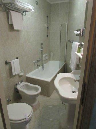 Hotel Beverly Hills Rome: Bathroom