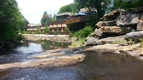 The Woodlands Resort, An Ascend Collection Hotel: From the creek, looking towards the hotel, party deck.