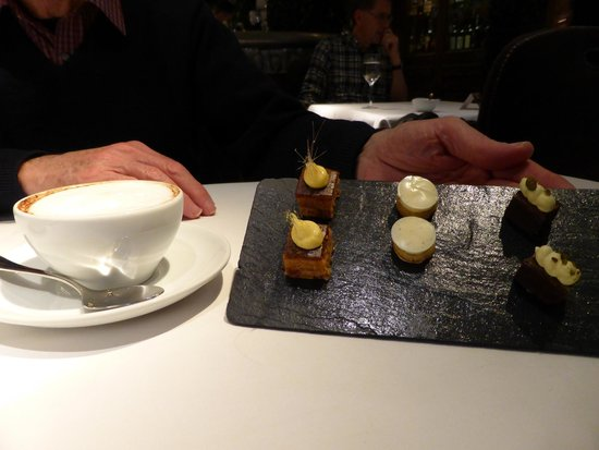 Clos Maggiore: Petit fours come with coffee