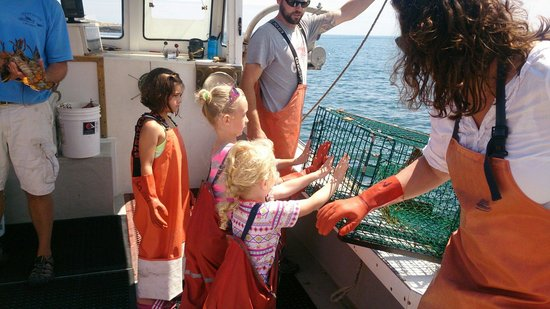 Lucky Catch Cruises: Helping out the captain