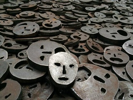 Jüdisches Museum: Scary blank faces representing the missing Jews of Europe