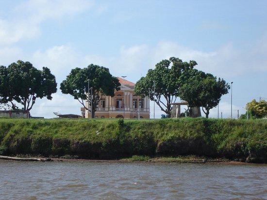Gurupa, PA: Prédio histórico visto do Rio Amazonas