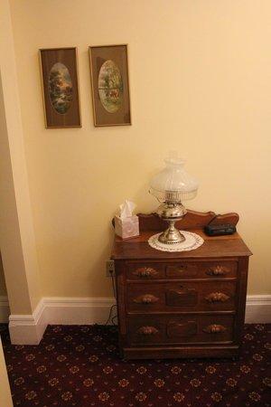 Weaver Hotel : dresser in room