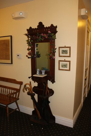 Weaver Hotel: hall way