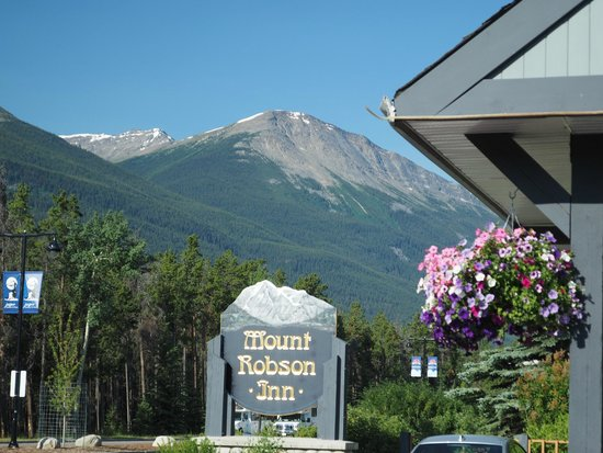 Mount Robson Inn: Hotel Sign along Connaught Dr