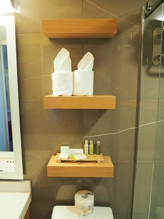 Mount Robson Inn: Floating shelves in the bathroom - Queen Room