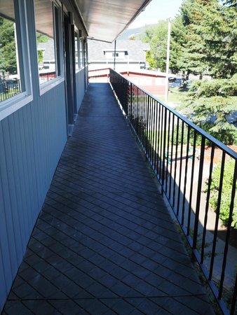 Mount Robson Inn: Exterior Hallways