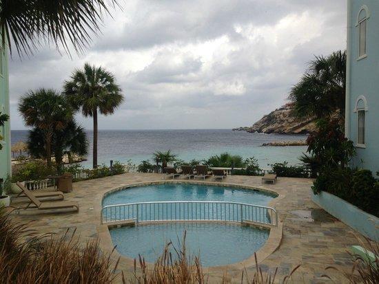 Blue Bay Curaçao Golf & Beach Resort: A piscina é bem pequena, mais não fez falta