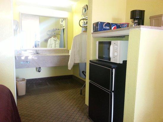 Econo Lodge: sink area