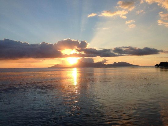 Le Meridien Tahiti: Sunset over Moorea from our room