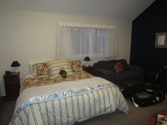 Alpine View Lodge: Minaret Room - King Bed (mess is ours, we unpacked before photos, woops!)