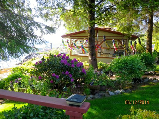 Black Bear Inn: Beautiful flowers abound