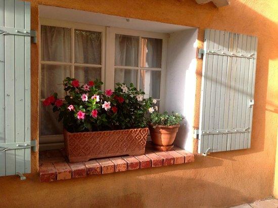 le colombier jardinera exterior en ventana de un restaurant