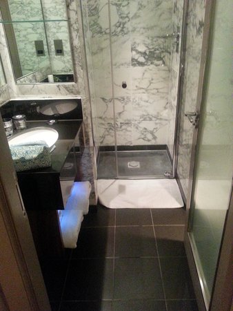 The Bloomsbury: spotless modern bathroom