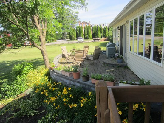 Homestead Lodging: back patio
