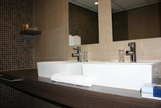 Holland House Beach Hotel : Junior Suite bathroom