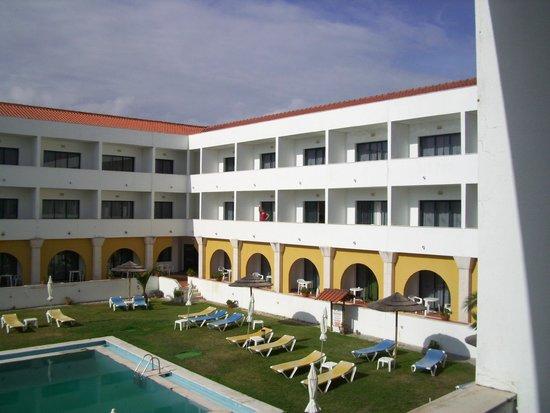 Hotel Dom Fernando: Cour intérieure donnant sur la piscine