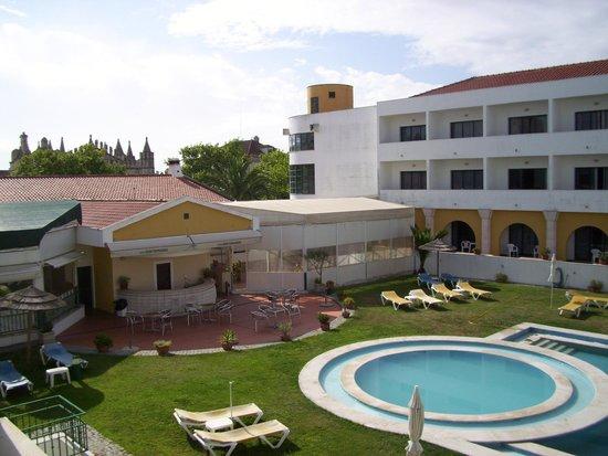 Hotel Dom Fernando: Spa à l'extrémité de la piscine