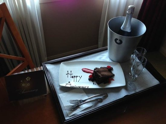 Omni Chicago Hotel: Complimentary Champagne & Cake