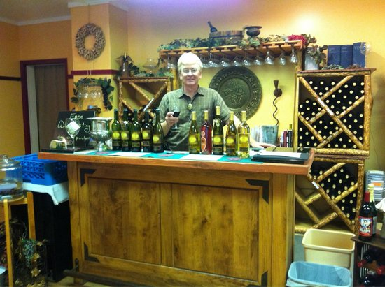 Ciatano's Winery: Owner, Jay, serving us wine
