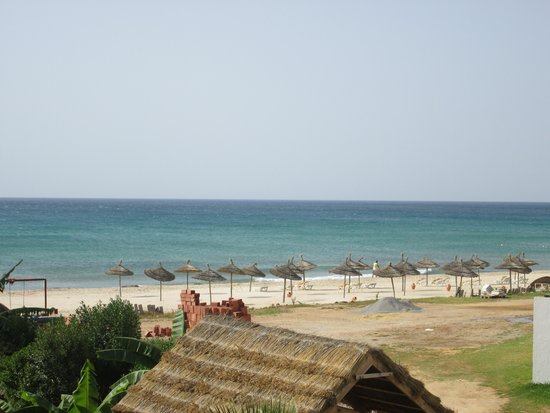 Vincci Nozha Beach Resort: spiaggia fronte hotel