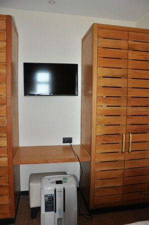 Club Med Cancun Yucatan: Aquamarina room tv in twin bedroom