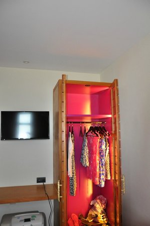 Club Med Cancun Yucatan: Aquamarina room lighted closets