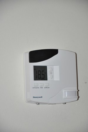 Club Med Cancun Yucatan: Aquamarina room one of two programmable thermostats
