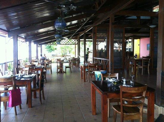 Tortuga Lodge & Gardens: fun open air dining