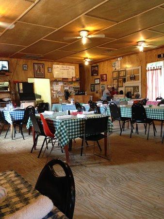 Leatha's Bar-B-Que Inn: Inside