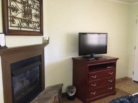 Paso Robles Inn: The fireplace and TV