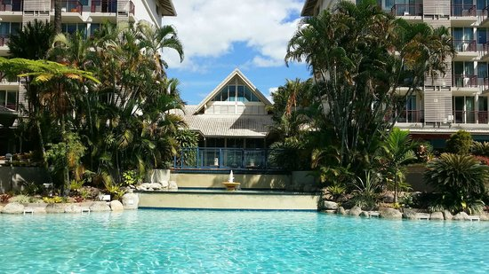 Novotel Cairns Oasis Resort: Pool area by day