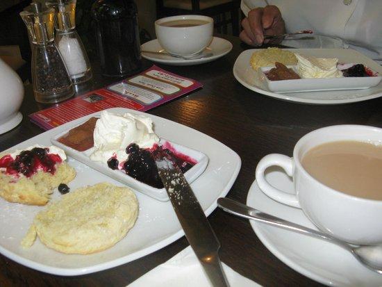 Cafe No.8 Bistro: Cafe no 8 scones and tea