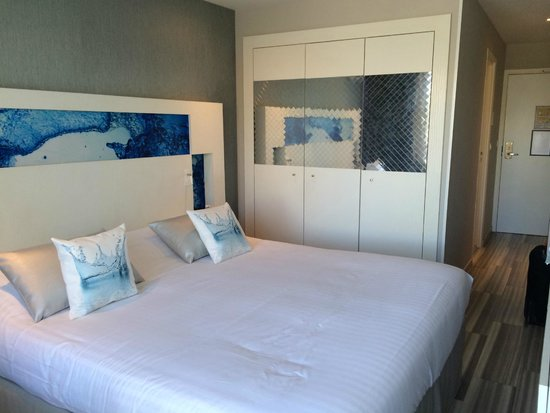 Hotel Josse: Bed and closet