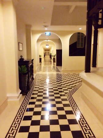 Raffles Hotel Le Royal: Walkway to the rooms