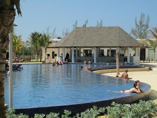 Royalton White Sands Resort : the pool bar!
