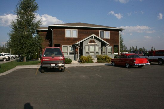 Yellowstone Grizzly RV Park: The registration office - plenty of parking